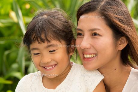 微笑む母娘の素材 [FYI01030794]