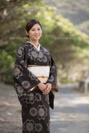 大島紬の着物でポーズする女性の素材 [FYI01030795]