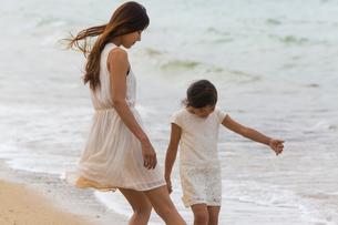 波と戯れる母娘の素材 [FYI01030798]