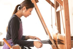 大島紬を織る女性の素材 [FYI01030799]
