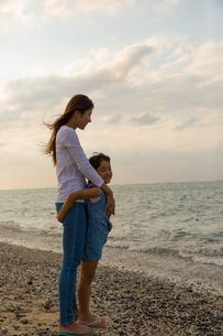 海を眺める母娘の素材 [FYI01030801]