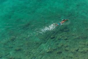 海を泳ぐ男の素材 [FYI01030802]