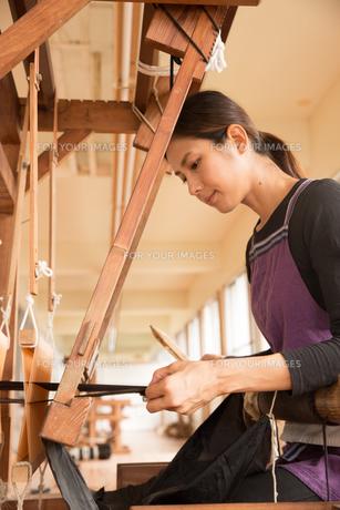 大島紬を織る女性の素材 [FYI01030806]