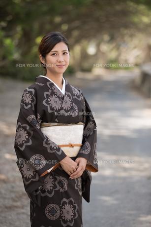 大島紬の着物でポーズする女性の素材 [FYI01030807]