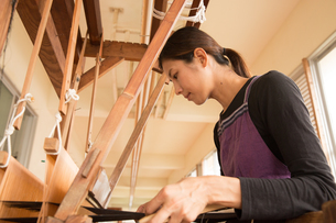 大島紬を織る女性の素材 [FYI01030808]
