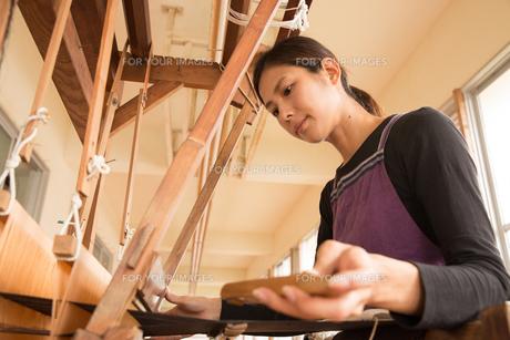 大島紬を織る女性の素材 [FYI01030814]