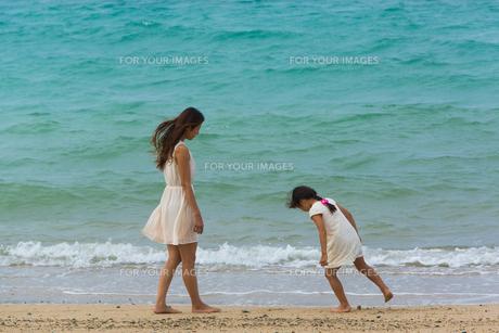 波と戯れる母娘の素材 [FYI01030815]