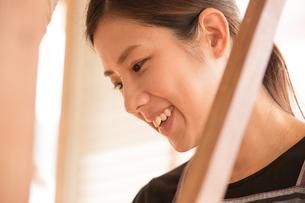 大島紬を織る女性の素材 [FYI01030816]
