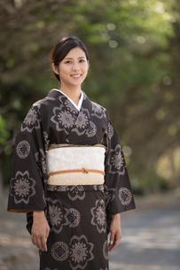 大島紬の着物でポーズする女性の素材 [FYI01030819]