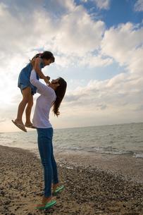 娘を抱き上げる母親の素材 [FYI01030820]