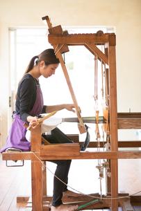 大島紬を織る女性の素材 [FYI01030825]