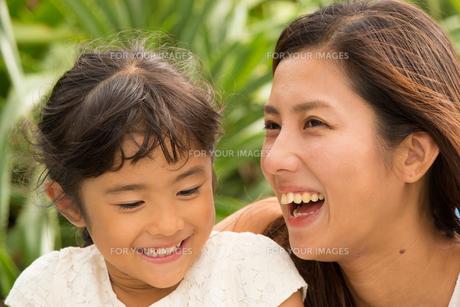 微笑む母娘の素材 [FYI01030828]