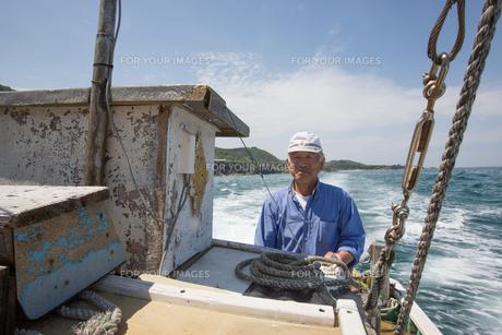 漁船を操縦する船長の素材 [FYI01030829]