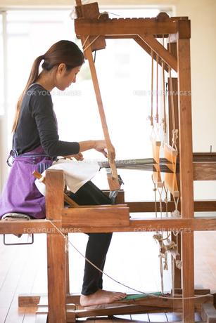 大島紬を織る女性の素材 [FYI01030831]