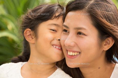 微笑む母娘の素材 [FYI01030835]