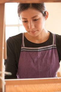 大島紬を織る女性の素材 [FYI01030836]