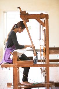 大島紬を織る女性の素材 [FYI01030839]