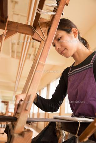 大島紬を織る女性の素材 [FYI01030840]