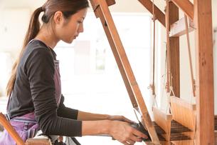 大島紬を織る女性の素材 [FYI01030841]