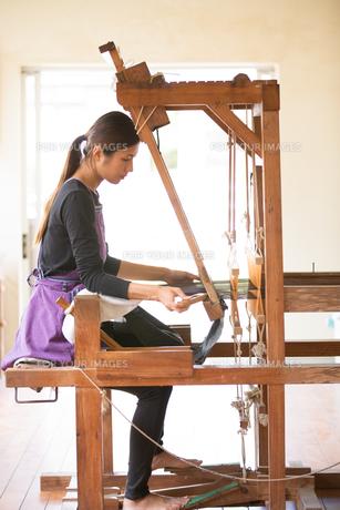 大島紬を織る女性の素材 [FYI01030846]