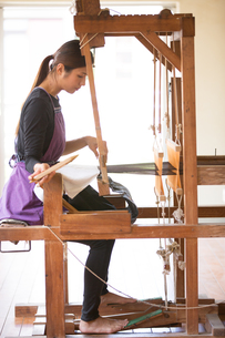大島紬を織る女性の素材 [FYI01030848]
