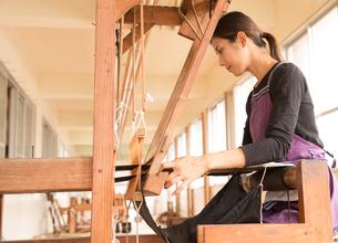 大島紬を織る女性の素材 [FYI01030849]