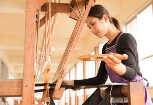 大島紬を織る女性の素材 [FYI01030850]