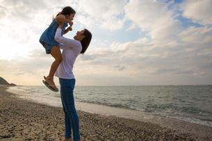 娘を抱き上げる母親の素材 [FYI01030852]