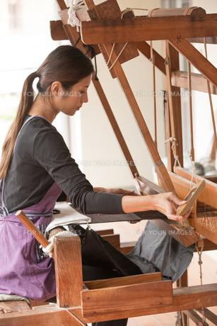 大島紬を織る女性の素材 [FYI01030857]