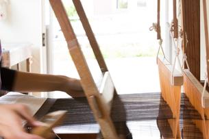 大島紬を織る女性の素材 [FYI01030864]