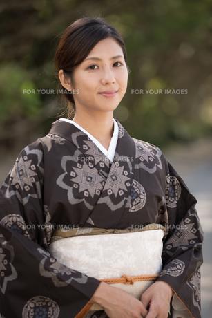 大島紬の着物でポーズする女性の素材 [FYI01030872]