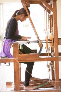 大島紬を織る女性の素材 [FYI01030874]