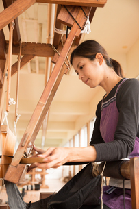 大島紬を織る女性の素材 [FYI01030876]