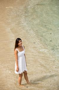 ビーチでポーズする女性の素材 [FYI01030877]