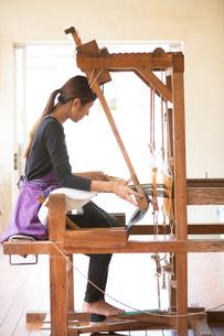 大島紬を織る女性の素材 [FYI01030880]