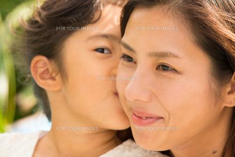 微笑む母娘の素材 [FYI01030881]