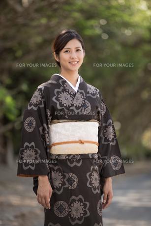 大島紬の着物でポーズする女性の素材 [FYI01030884]