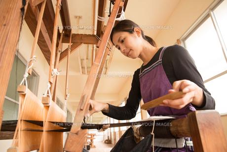 大島紬を織る女性の素材 [FYI01030885]