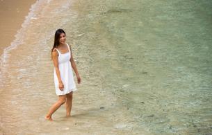 ビーチでポーズする女性の素材 [FYI01030887]