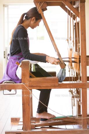 大島紬を織る女性の素材 [FYI01030888]