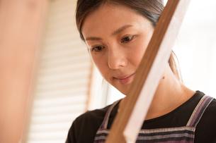 大島紬を織る女性の素材 [FYI01030889]