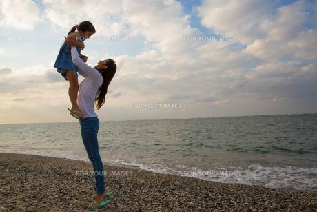 娘を抱き上げる母親の素材 [FYI01030890]