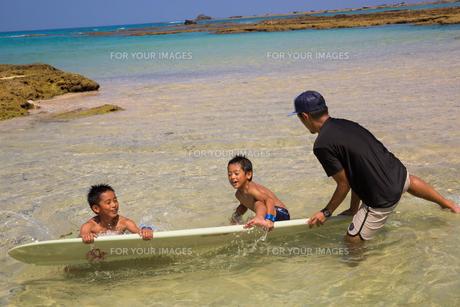 サーフボードで遊ぶ父子の素材 [FYI01030896]