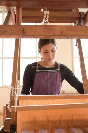 大島紬を織る女性の素材 [FYI01030898]