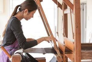 大島紬を織る女性の素材 [FYI01030899]