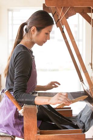 大島紬を織る女性の素材 [FYI01030901]