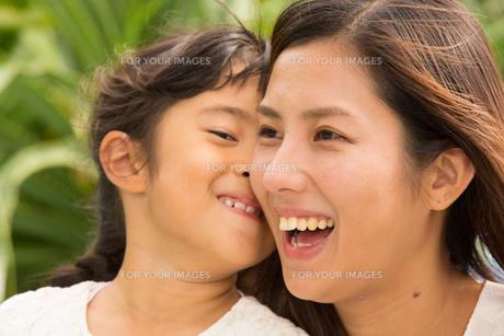 微笑む母娘の素材 [FYI01030903]