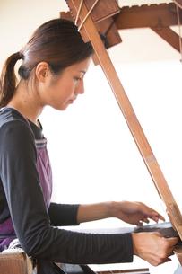 大島紬を織る女性の素材 [FYI01030905]