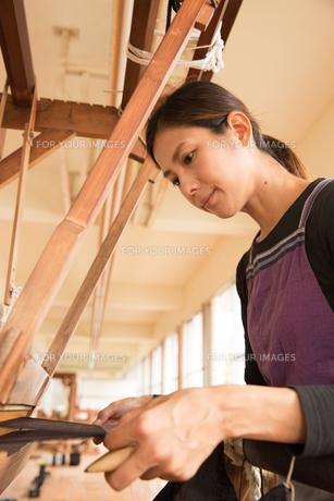 大島紬を織る女性の素材 [FYI01030908]