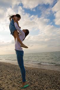 娘を抱き上げる母親の素材 [FYI01030910]